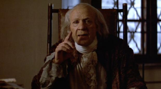 De oude Salieri beluistert Mozart Serenade en bespreekt de schoonheid ervan.