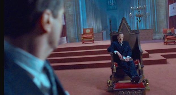 Lionel neemt uitdagend plaats op de troon die slechts voor vorsten is bestemd.