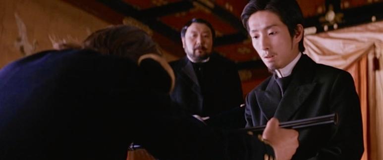 Keizer Meiji neemt het zwaard van de laatste samoerai in ontvangst.