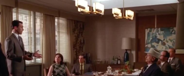 Don Draper presenteert de Hilton reclamecampagne in het bijzijn van Conrad Hilton