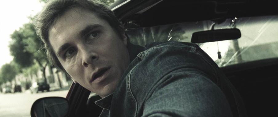 De hoofdpersoon uit The Machinist (Christian Bale) ziet vanuit de auto het drama dat hij net heeft veroorzaakt.